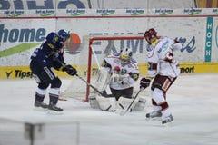 Ijshockey goalie - Tomas Popperle royalty-vrije stock foto's