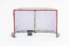 Ijshockey netto met puck royalty-vrije stock foto