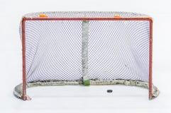 Ijshockey netto met puck royalty-vrije stock foto's