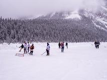 Ijshockey op bevroren Meer Louise in Banff stock fotografie