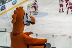 Ijshockeymascotte het letten op spel stock foto