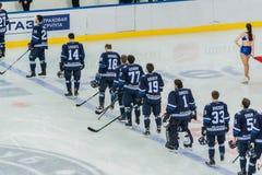 Ijshockeyspel, spelers die wachten te beginnen stock afbeeldingen