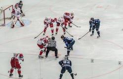 Ijshockeyspel, spelers en scheidsrechter stock afbeeldingen