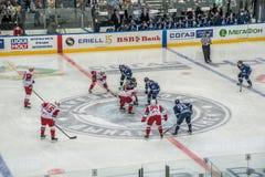 Ijshockeyspel, spelers en scheidsrechter stock afbeelding