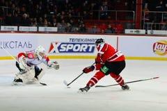 Ijshockeyspelers Metallurg (Novokuznetsk) en Donbass (Donetsk) Royalty-vrije Stock Foto's