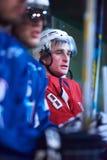 Ijshockeyspelers op bank royalty-vrije stock foto