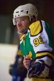 Ijshockeyspelers op bank stock foto's