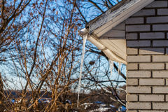ijsijskegels op de daken van huizen Stock Foto's