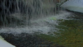 Ijsijskegels op een het bevriezen fontein in de winter stock video