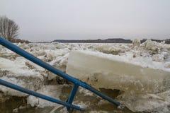 Ijsijsschol op de rivier in de winter Stock Fotografie