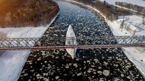 Ijsijsschollen die op de rivier drijven De mening van het vogel` s oog royalty-vrije stock afbeeldingen