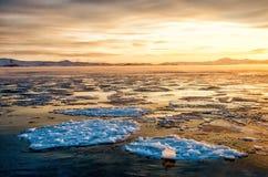 Ijsijsschollen die op het mistwater drijven in het meer Baikal Zonsondergang Stock Afbeeldingen
