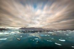 Ijsijsschollen en ijsbergen in Jokulsarlon royalty-vrije stock afbeelding