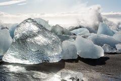 Ijsijsschollen in het overzees, en strand in Jökulsà ¡ rlà ³ n, IJsland royalty-vrije stock afbeeldingen
