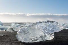 Ijsijsschollen in het overzees, en strand in Jökulsà ¡ rlà ³ n, IJsland stock fotografie
