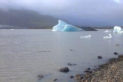 Ijsijsschollen op de de gletsjerlagune van meerfjallsarlon Stock Foto