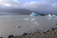 Ijsijsschollen op de de gletsjerlagune van meerfjallsarlon Stock Afbeelding