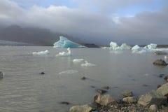 Ijsijsschollen op de de gletsjerlagune van meerfjallsarlon Royalty-vrije Stock Foto