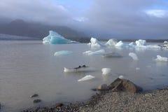 Ijsijsschollen op de de gletsjerlagune van meerfjallsarlon Stock Foto's