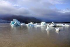 Ijsijsschollen op de de gletsjerlagune van meerfjallsarlon Stock Afbeeldingen