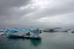 Ijsijsschollen op de de gletsjerlagune van meerjokulsarlon Royalty-vrije Stock Fotografie