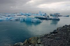 Ijsijsschollen op de de gletsjerlagune van meerjokulsarlon Stock Foto