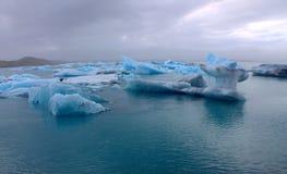 Ijsijsschollen op de de gletsjerlagune van meerjokulsarlon Royalty-vrije Stock Foto