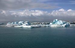 Ijsijsschollen op de de gletsjerlagune van meerjolulsarlon Stock Afbeeldingen