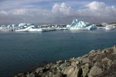Ijsijsschollen op de de gletsjerlagune van meerjolulsarlon Stock Fotografie