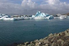Ijsijsschollen op de de gletsjerlagune van meerjolulsarlon Royalty-vrije Stock Afbeeldingen