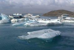Ijsijsschollen op de lagune van de meer jokullsarlon gletsjer Royalty-vrije Stock Foto