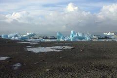 Ijsijsschollen op de lagune van de meer jokullsarlon gletsjer Stock Afbeeldingen