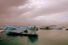 Ijsijsschollen op het meer Jokulsarlon Royalty-vrije Stock Foto