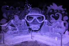 Ijsinstallatie Onderwaterfantasie van bevroren ijs in de vorm van een duiker in een masker stock foto