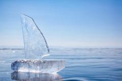 Ijsjacht op de winter Baical stock afbeelding