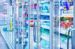 Ijskast in de supermarkt royalty-vrije stock afbeelding