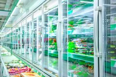 Ijskast in de supermarkt stock foto