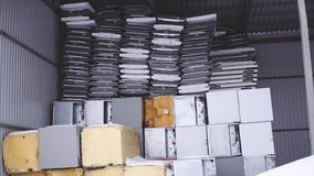 Ijskast recycling bij de fabriek in de winter stock videobeelden