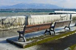 ijskegels bij de kustmuur van meer Genève Stock Foto's