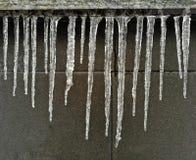 Ijskegels, de ongelijke winter, ijs, koude Royalty-vrije Stock Fotografie