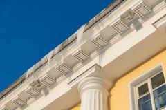 Ijskegels die op een dak in de winter hangen Gevaarsijskegels royalty-vrije stock afbeeldingen
