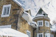 Ijskegels die op het dak van het huis hangen Royalty-vrije Stock Foto
