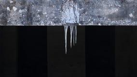 Ijskegels die van het dak hangen royalty-vrije stock afbeeldingen