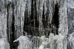 Ijskegels en ijsvormingen op de rots Royalty-vrije Stock Foto's