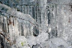 Ijskegels en ijsvormingen op de rots Stock Foto