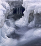 Ijskegels en stroomversnelling op een koude de winterdag Royalty-vrije Stock Afbeeldingen