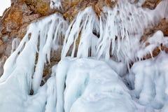 Ijskegels op de ijsmuur royalty-vrije stock foto's