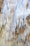 Ijskegels op de ijsmuur stock foto's