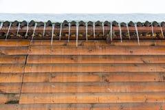 Ijskegels op de kroonlijst van het gebouw Royalty-vrije Stock Fotografie