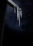 Ijskegels op donkere de winterhemel royalty-vrije stock afbeeldingen